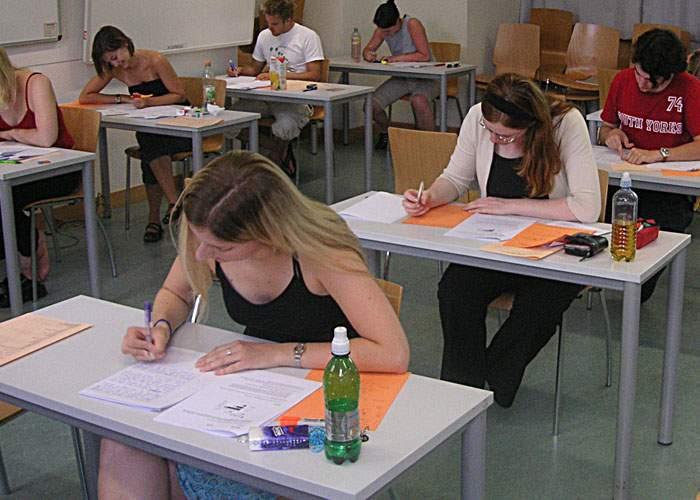 """Studiu: 2 din 3 studenţi care nu vin la examen """"că îl dau în toamnă"""" se referă la toamna anului 2054"""