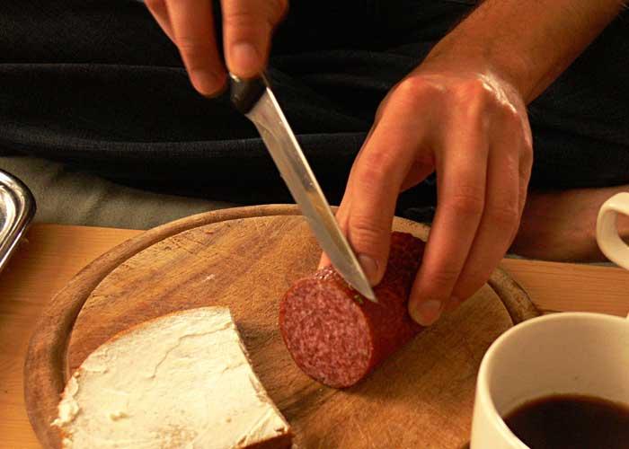 Un student de la Politehnică a reuşit să taie o felie de salam de 0,5 microni