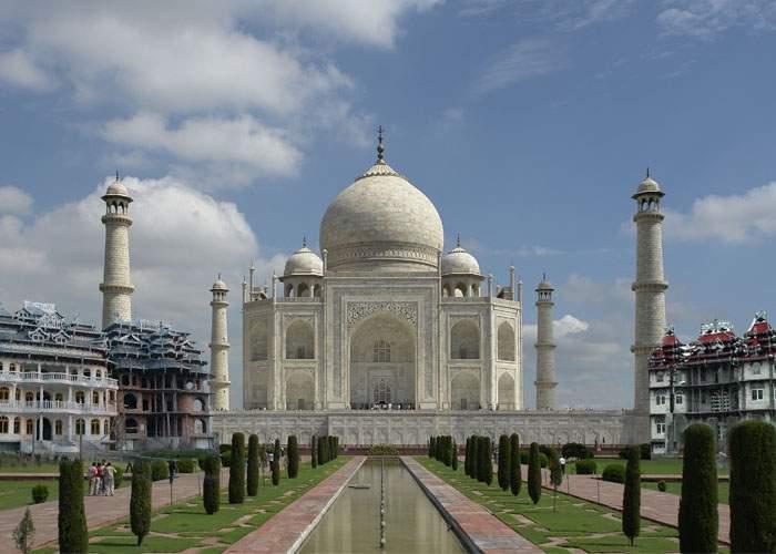 De bucurie că India le oferă cetăţenie, un ţigan din Strehaia şi-a făcut deja Taj Mahal în curte
