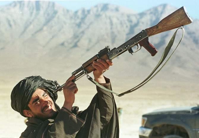 CIA acuză ISIS că foloseşte arme fabricate în România, după ce i-a văzut reparându-le în faţa moscheilor