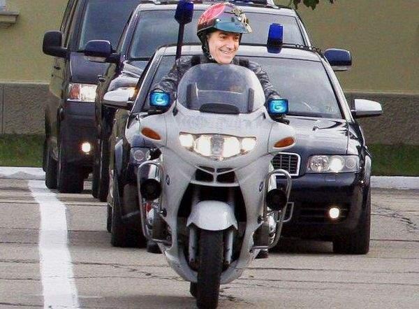 De când nu mai are coloană oficială, Ponta îl folosește ca antemergător pe Tăriceanu pe motocicletă