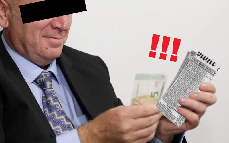 Fraudă la Evaluarea Naţională. Un elev i-a dat profului un teanc de bani cu ziare la mijloc