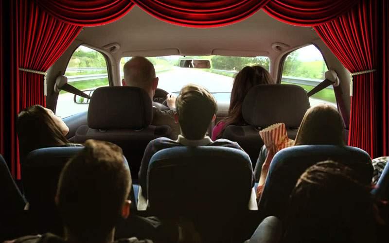 S-a lansat o limuzină ideală pentru hipsteri: în loc de televizor, are doi actori vii!