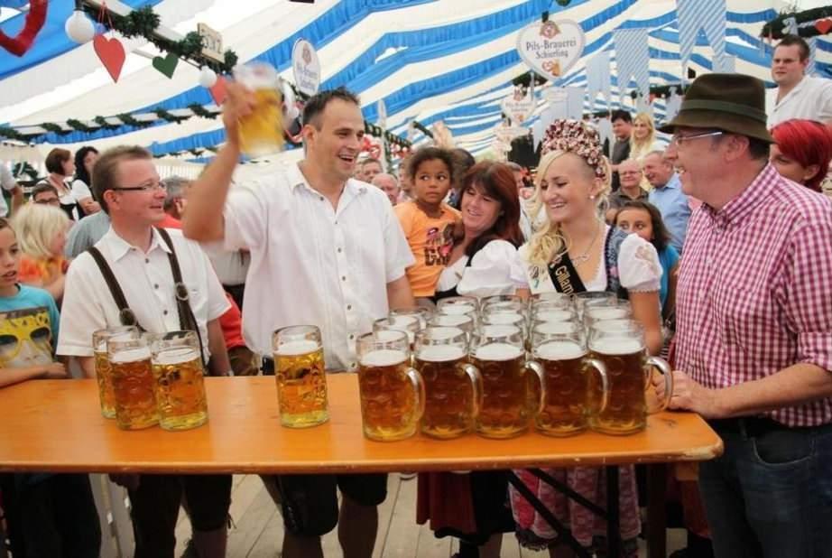 E prea mult! Germania ne solicită 20.000 de chelneri, să deschidă ei terasele primii