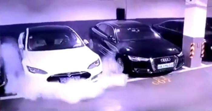 Mister elucidat! Maşinile Tesla care luau foc din senin aveau un Samsung în cotieră