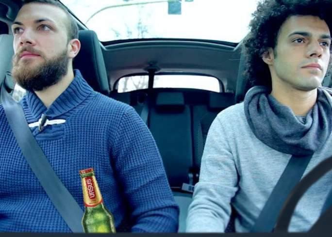 Prietenii inseparabili ies întotdeauna împreună. Unul bea bere, celălalt conduce mașina