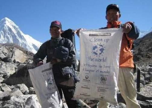 Tone de gunoaie rămase pe Everest, după o expediție a alpiniștilor români