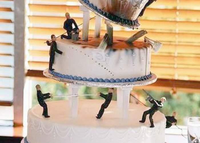 Dezastru la nuntă: două etaje ale unui tort s-au prăbuşit peste invitaţi