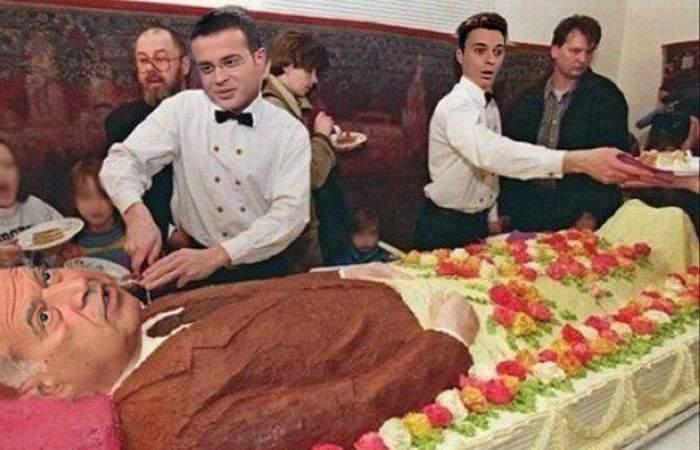 Ziua patronului, serbată la Antene cu tort în formă de Voiculescu! S-au bătut pe cine primeşte curul