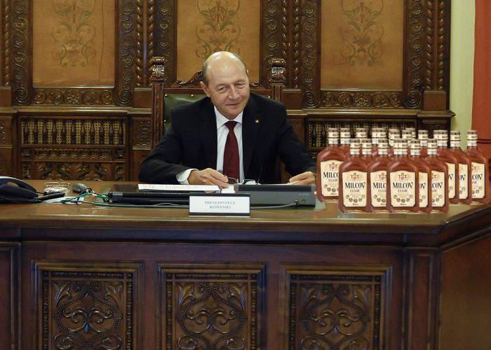 Cu ocazia Unirii Principatelor, Băsescu a secat dintr-o sorbire trei navete de Milcov