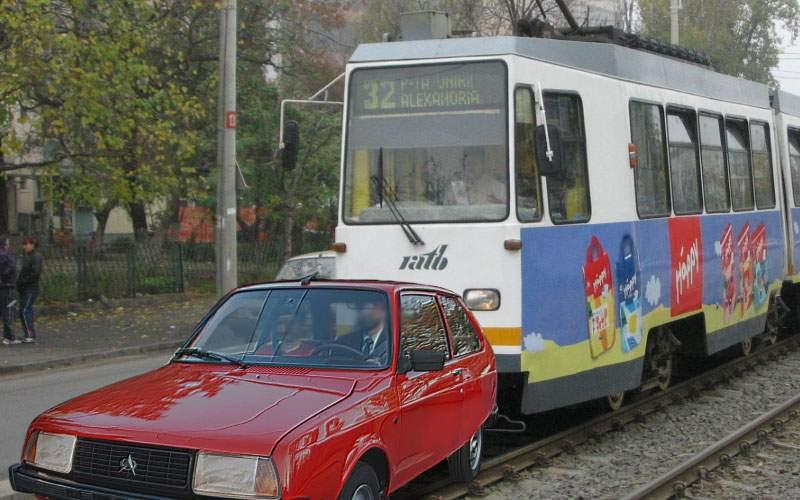 Oltcit, împins de tramvai în Capitală. Şoferul i-a mulţumit vatmanului cu lacrimi în ochi