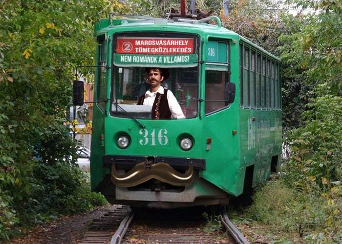 În Târgu Mureş e şi mai rău. Doi români au fost bătuţi de unguri doar pentru că au urcat în tramvai