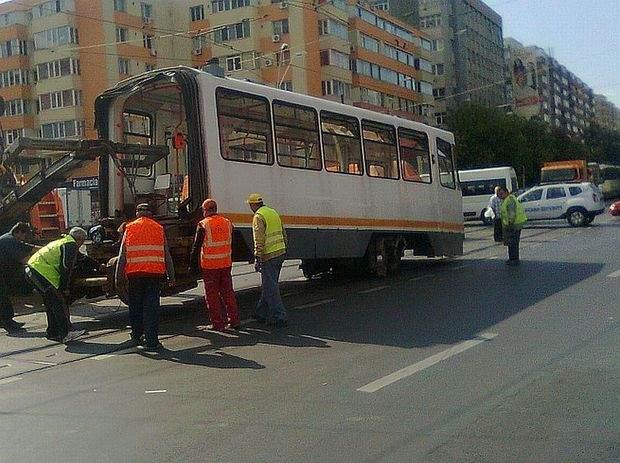 Dezastru! Un tramvai a deraiat după ce vatmanița a încercat o parcare laterală