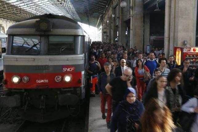 Un tren așteaptă de 8 ore să plece din gara din Paris! Încă nu s-a urcat nici un american în el