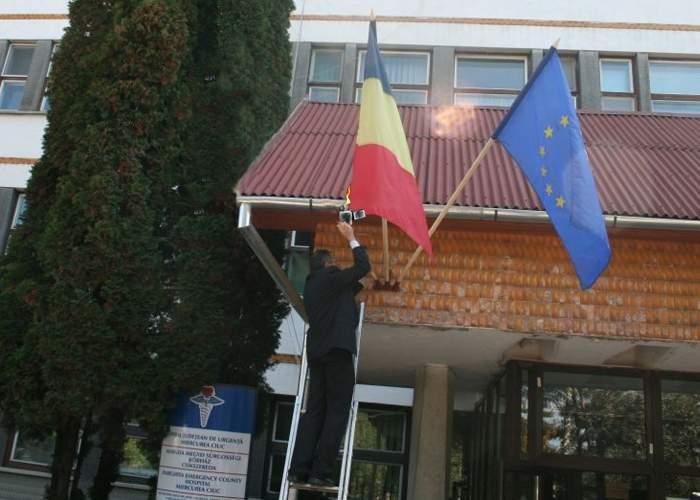 Apariţie misterioasă în Harghita! Tricolorul românesc, arborat pe clădirea Consiliului Judeţean