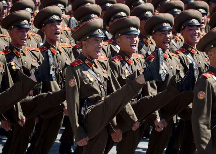 Exerciții militare în Coreea de Nord. Azi dimineață toată armata a făcut genoflexiuni
