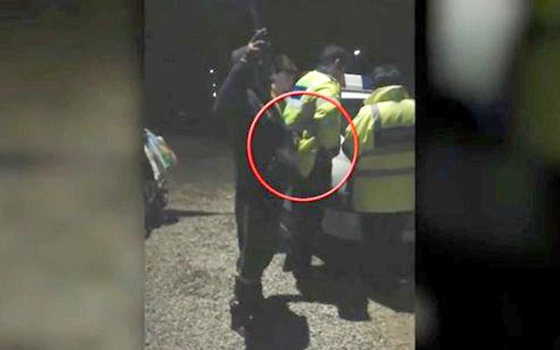 După ce mama lui a văzut filmarea, poliţistul din Prahova jură că erau ţigările unui coleg