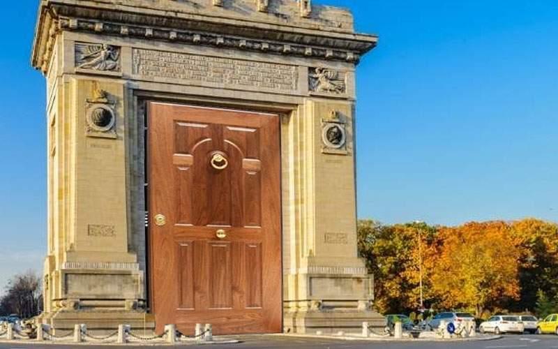 Primăria va pune în sfârşit o uşă la Arcul de Triumf, ca să nu se mai facă curent