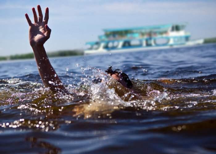 2 înecaţi după ce un controlor de pe vaporaşul din Herăstrău a dat jos pasagerii fără bilet