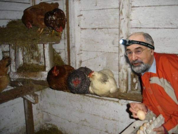 Hoțul, tot hoț! Varujan Vosganian, prins într-un coteț în timp ce-i fura unui țăran 6 ouă și 3 găini