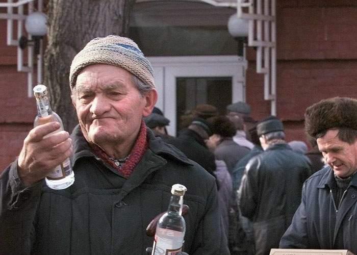 """Campanie publicitară inedită a unui producător de spirt din Vaslui: """"Împarte o babă cu cumnatul"""""""