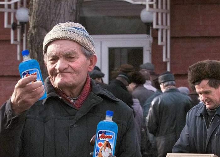 Prosteste ample în Vaslui, după ce preţul celei mai populare băuturi, spirtul Mona, a crescut cu 15%