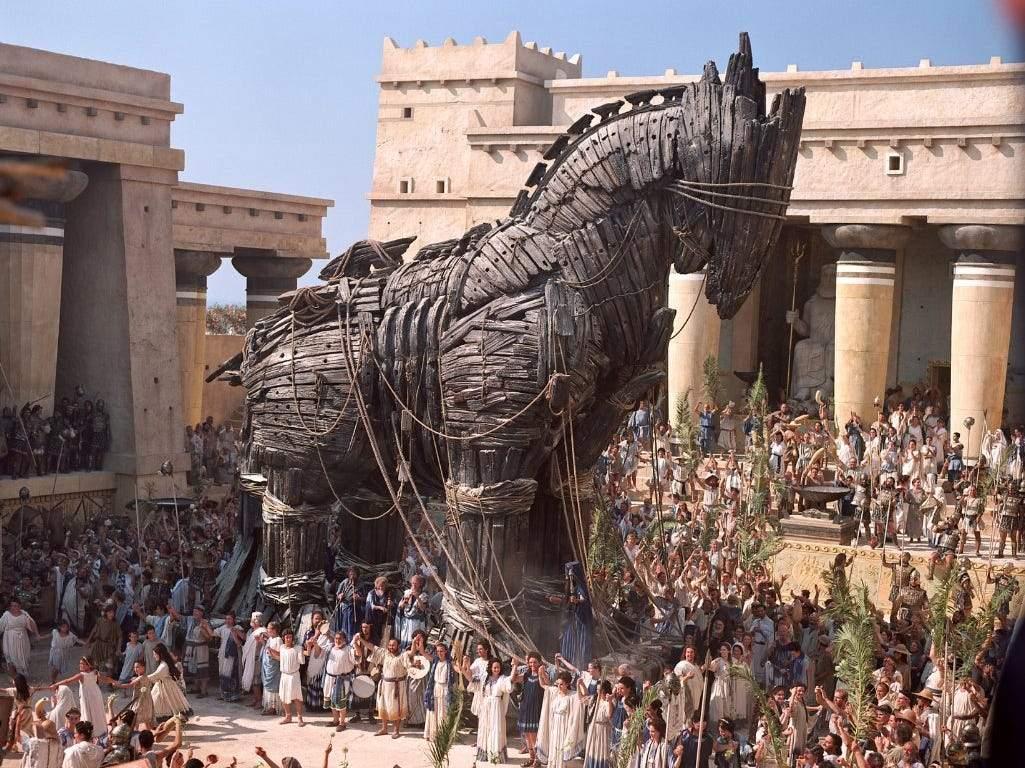 Tensiunile escaladează. Grecii construiesc un cal uriaș din lemn la granița cu Turcia