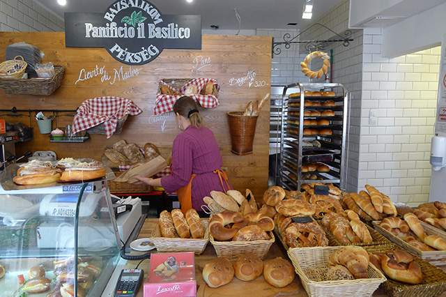 """Un român din Harghita a învățat să ceară pâine în maghiară: """"Un pâine, vă rog!"""""""