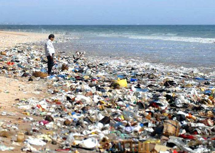 Litoralul românesc, sufocat de gunoaiele care lasă gunoaie pe plajă