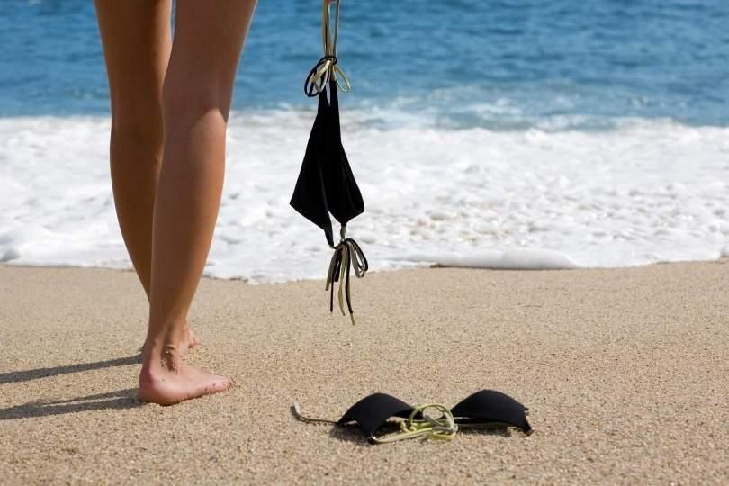 Grecia extinde restricțiile! Româncele de peste 40 ani nu mai au voie topless