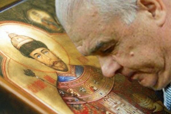 174 de sfinţi trebuie să se testeze de Covid după ce s-au pupat cu Iordănescu