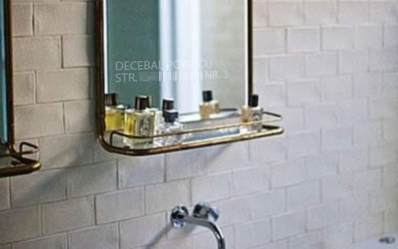 Un român e atât de speriat de hoți că și-a inscripționat și oglinda din baie