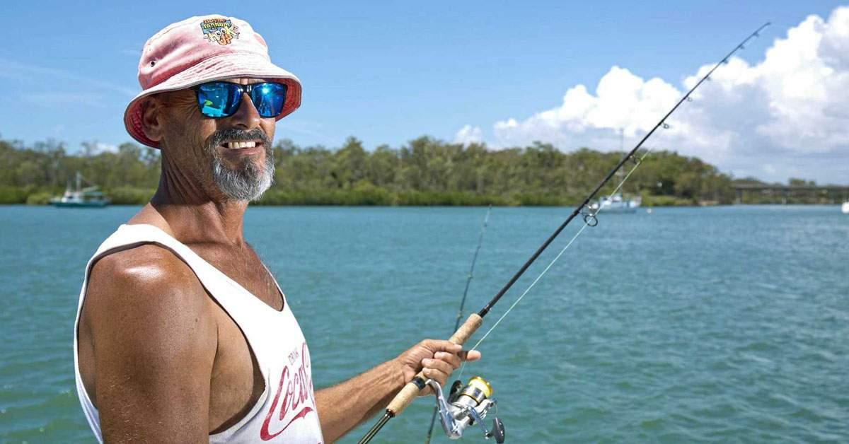 Un pescar se laudă că a prins un PET de Neumarkt de 15 litri