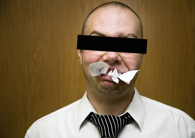 Unui pesedist i s-a făcut rău după ce a mâncat 400 de pagini de dovezi