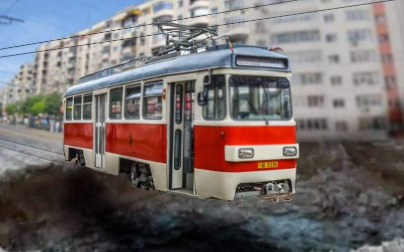 Telecabină în Bucureşti! Un tramvai a rămas agăţat de sârmă deasupra unei gropi
