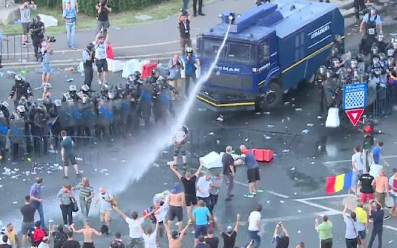 Jandarmii ţin tunurile cu apă la soare, dacă vrem să facem un duş pe 10 august