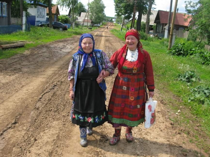 """S-au învăţat cu turiştii! Babele din Viscri întreabă """"Al cui eşti, maică"""" în 8 limbi"""