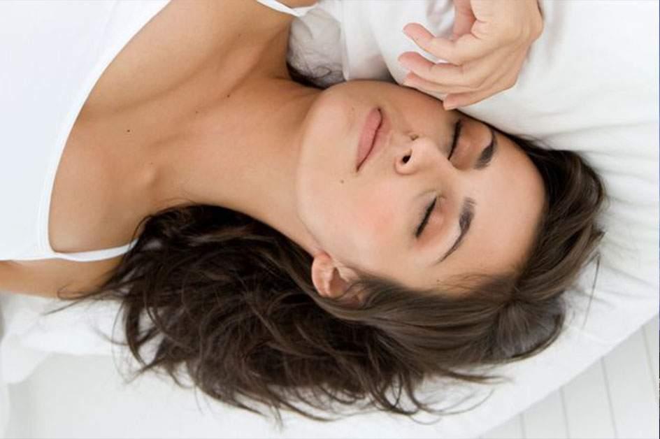 Tot mai multe românce dorm ca liliecii, să nu li se mai lase sânii