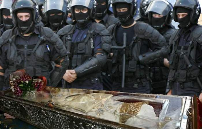 Jandarmii au scos-o pe Sf. Parascheva din curtea Catedralei, că n-are buletin de Iași