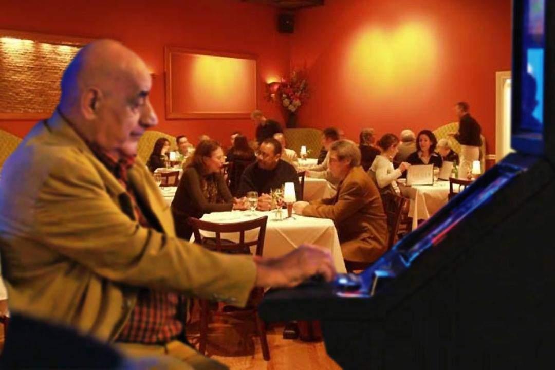 Ca să rămână deschise, restaurantele și-au pus un aparat de păcănele înăuntru