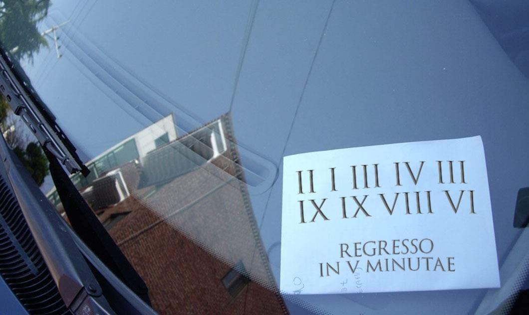 Un șofer e atât de bătrân că are un număr de fix pus în bordul mașinii