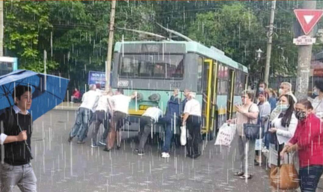 Bucureștenii, sfătuiți să poarte talpă aderentă, să nu alunece când împing autobuzul