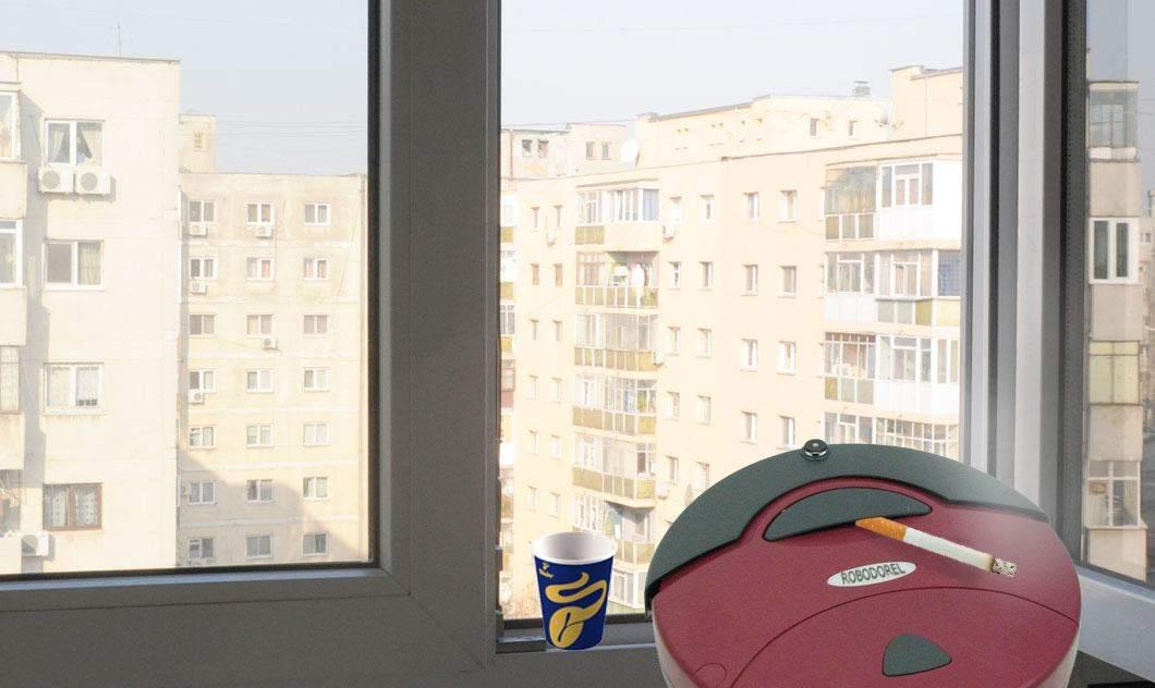 A apărut aspiratorul robot românesc, care la 5 minute iese pe balcon la o țigară