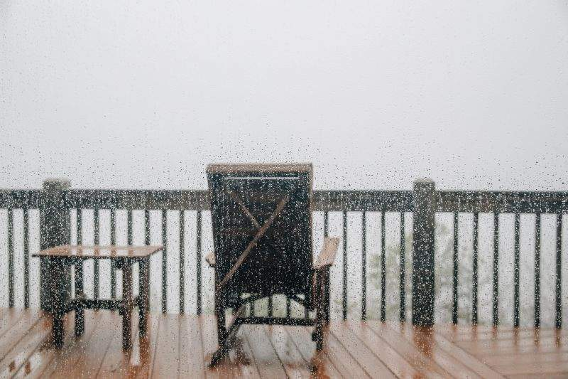 Planuri date peste cap de vremea rece! Românii și-au anulat sejurul pe balcon din weekend
