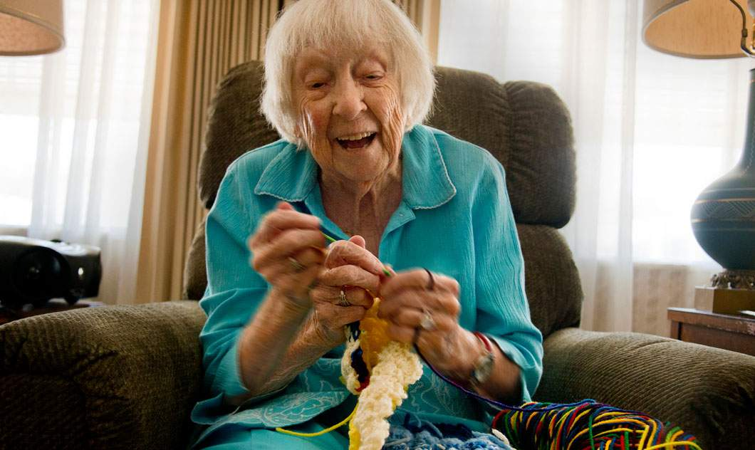 Bunica de 90 de ani vaccinată de COVID spune că se croşetează mult mai bine cu 3 mâini