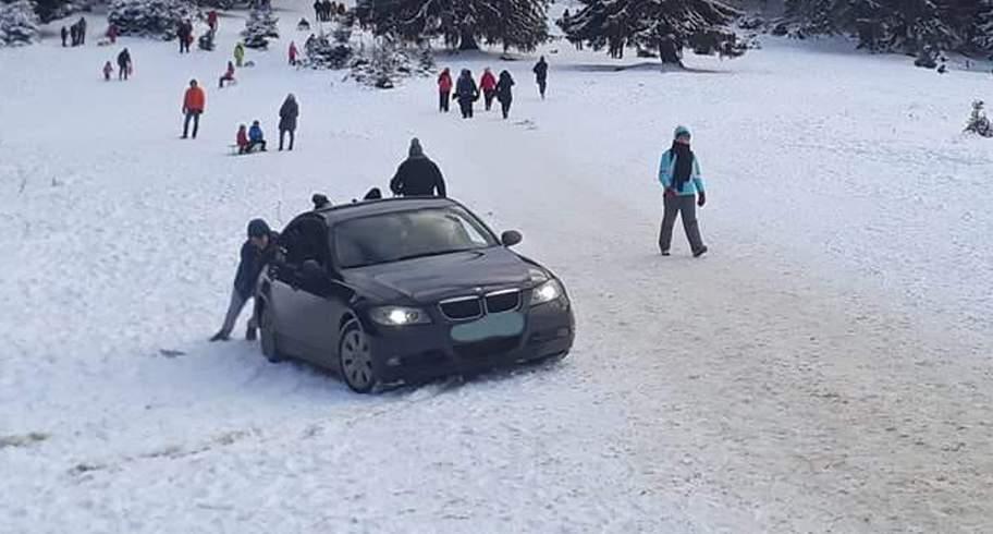 Ce cocalari! Mai mulţi schiori au zgâriat cu beţele BMW-urile parcate pe pârtie