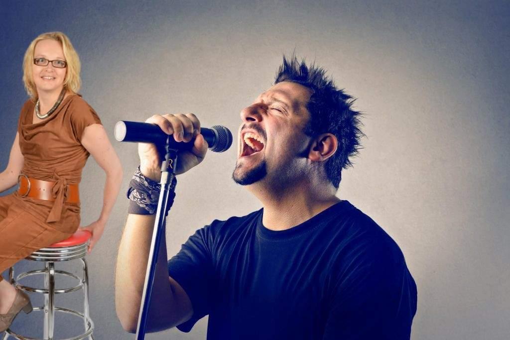 Un român a cântat imnul atât de frumos că s-a întors nevastă-sa cu scaunul