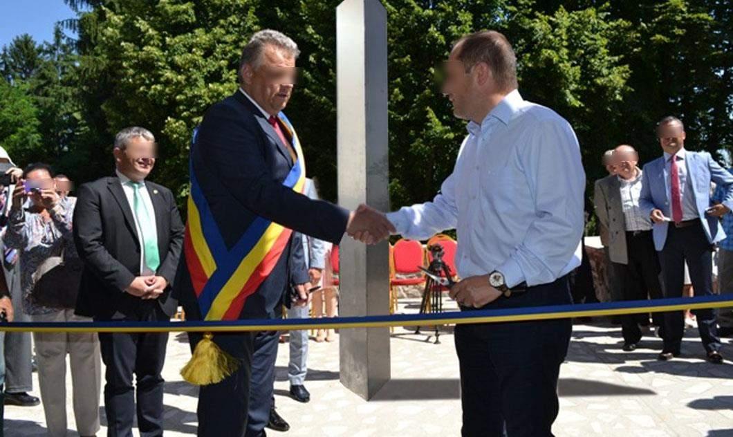 O comună fără asfalt, canalizare și apă inaugurează un monolit de 1 milion euro