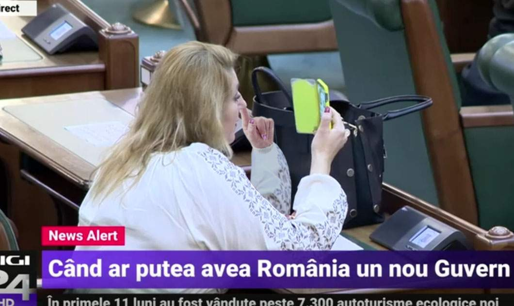 Imagini scârboase cu Şoşoacă în Parlament, căutându-se de cipuri în nas
