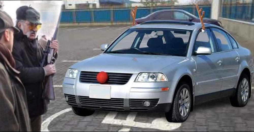 Ca în fiecare an, Țiriac vânează azi mașini cu coarne de ren în parcare la Cora